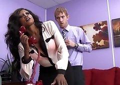 Diamond Jackson recibe palmadas en el culo mientras es follada en su oficina