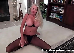 Yankee cougar Kyle likes finger-tickling her mature puss