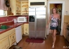 Juggy white housewife Jade Jamison gets in pants of one black delivery guy